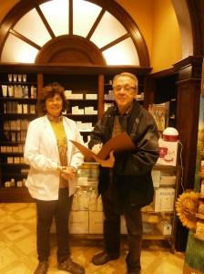 La Mª José de la Farmàcia Plana i el Jordi, un dels nostres voluntaris de l'equip de Girona